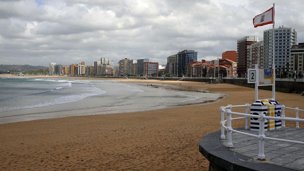 Cielo nublado hoy sobre la playa de San Lorenzo de Gijón.