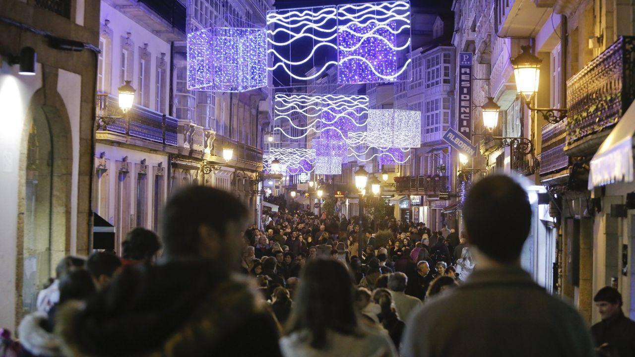 La Policía procede al desalojo de los okupas de un edificio de la Falperra.Imágenes como esta, de calles a rebosar de gente y haciendo las típicas compras navideñas, no se verán este año.