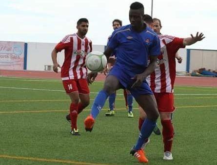 El nuevo delantero del Club Lemos, Ibrahima Ndiaye, en un partido de la primera andaluza con el Milenaria