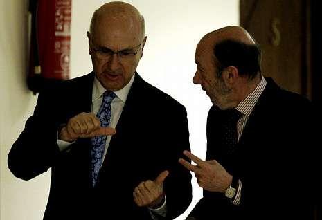 Juan Carlos y el príncipe Felipe, primer acto oficial juntos tras la abdicación.Duran i Lleida y Rubalcaba conversan en un receso del pleno celebrado ayer en el Congreso.