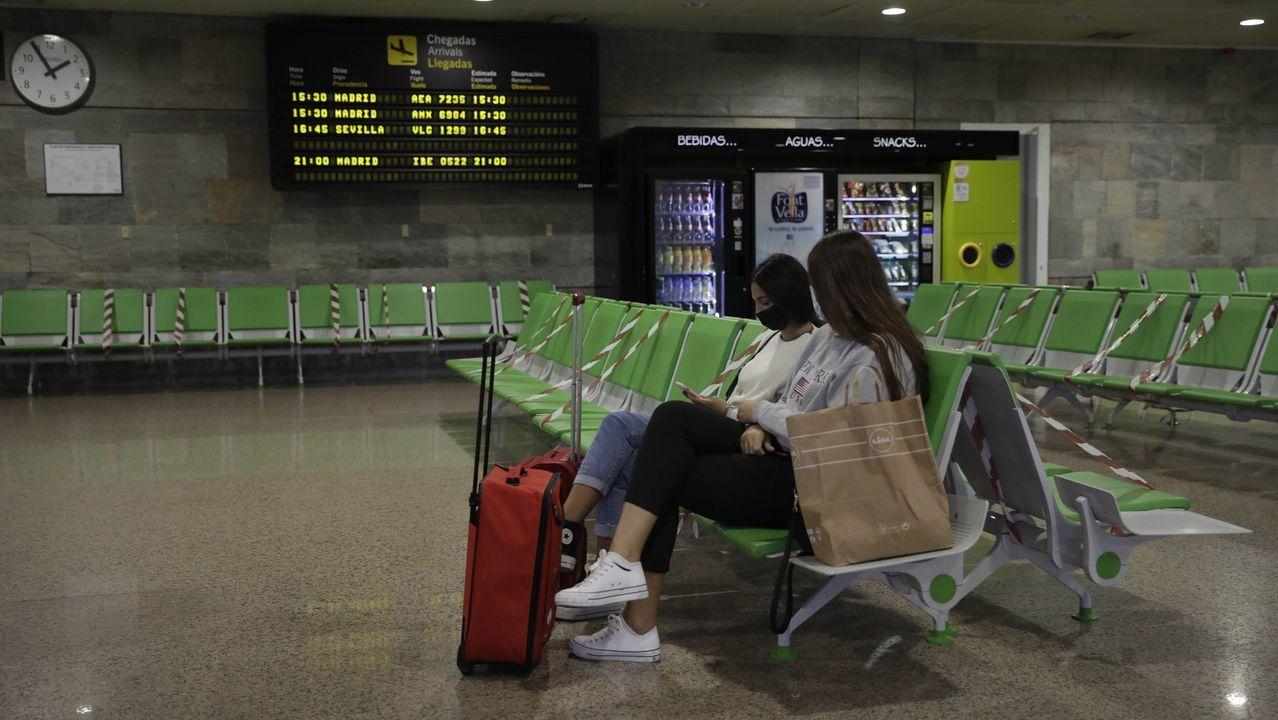 Dos chicas en el aeropuerto de Alvedro