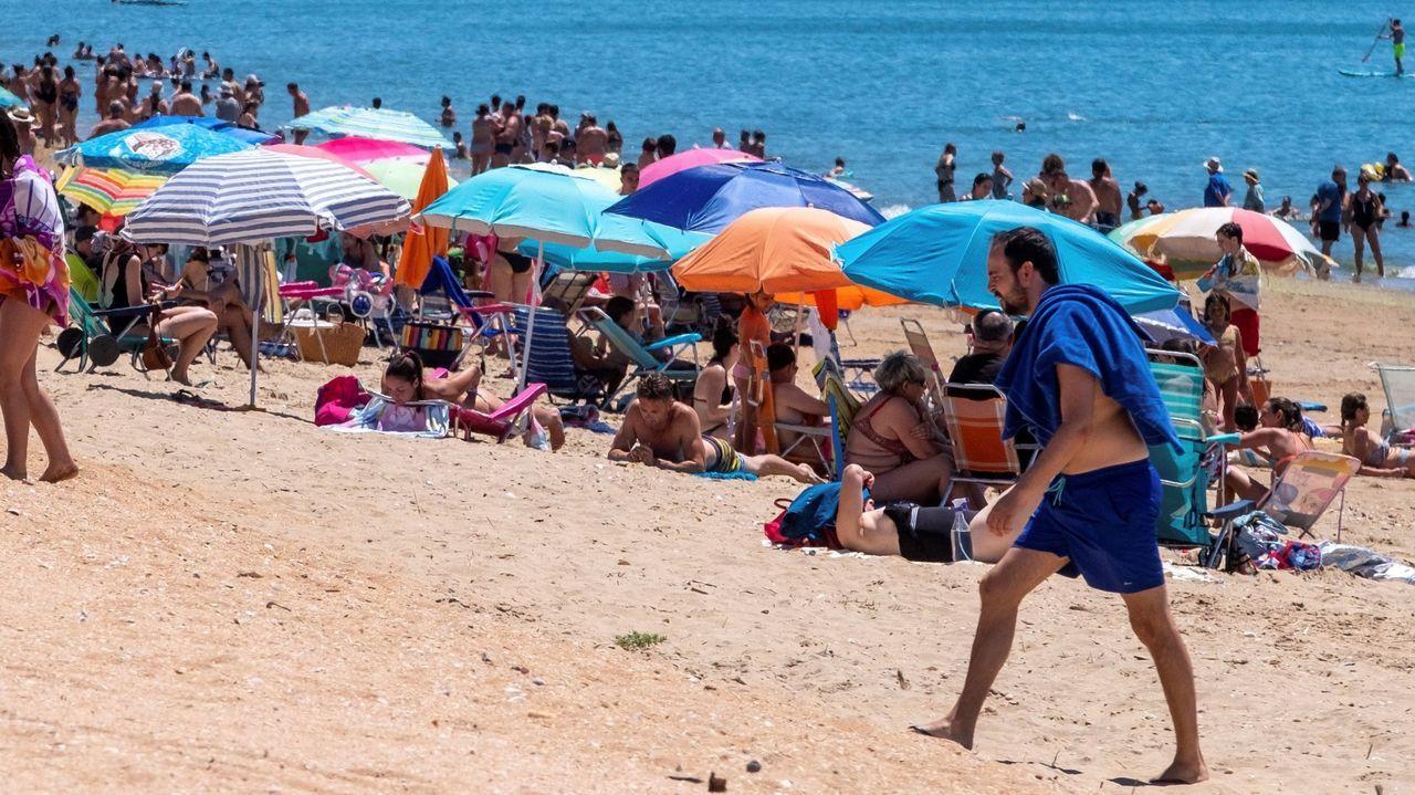 Bañistas, ayer, en Lepe (Huelva)