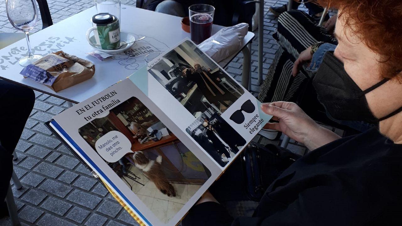 El álbum de recuerdos de Manolo está depositado en la cafetería El Futbolín como recuerdo para sus amigos