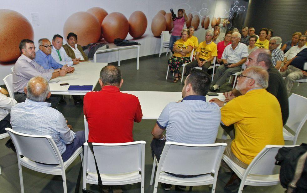 Directivos de Funespaña (izquierda) en la reunión que celebraron el año pasado con los vecinos.