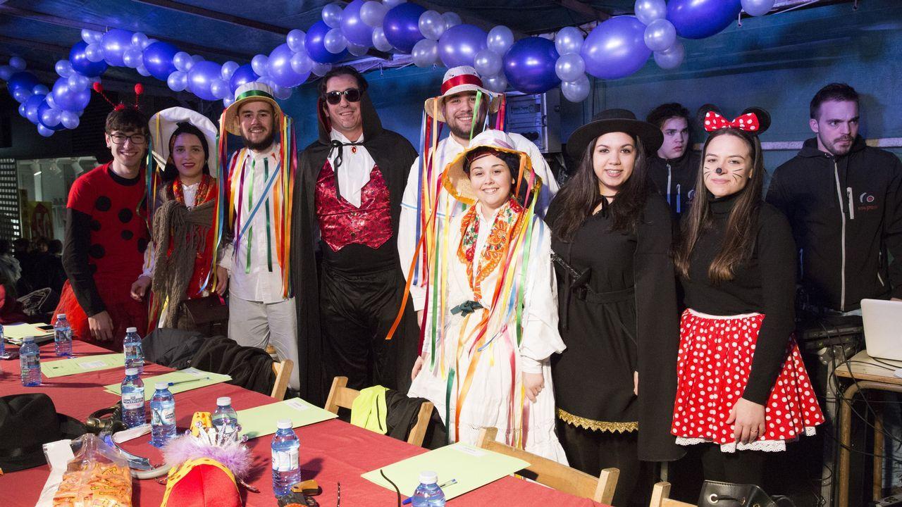 El concelleiro carballés de cultura y deportes, Marcos Trigo (en el centro) disfrazado de Conde Drácula.