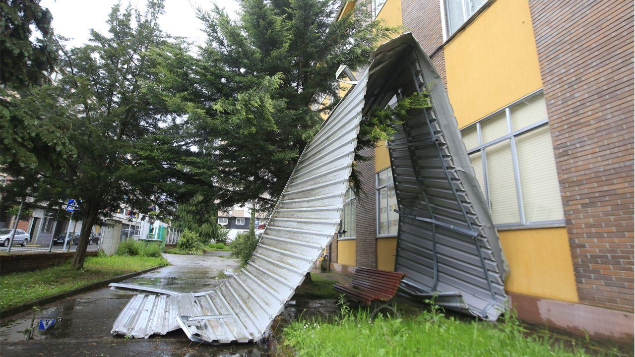 Parte del tejado del instituto Río Cabe, en Monforte, acabó en la calle