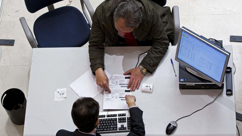 Alerta de virus. Un correo de una falsa Agencia Tributaria está circulando estos días. Incluye el virus que encripta archivos, como advirtieron ayer el delegado del Gobierno, Santiago Villanueva, y los jefes de la Guardia Civil y de la Policía Nacional, en la foto.
