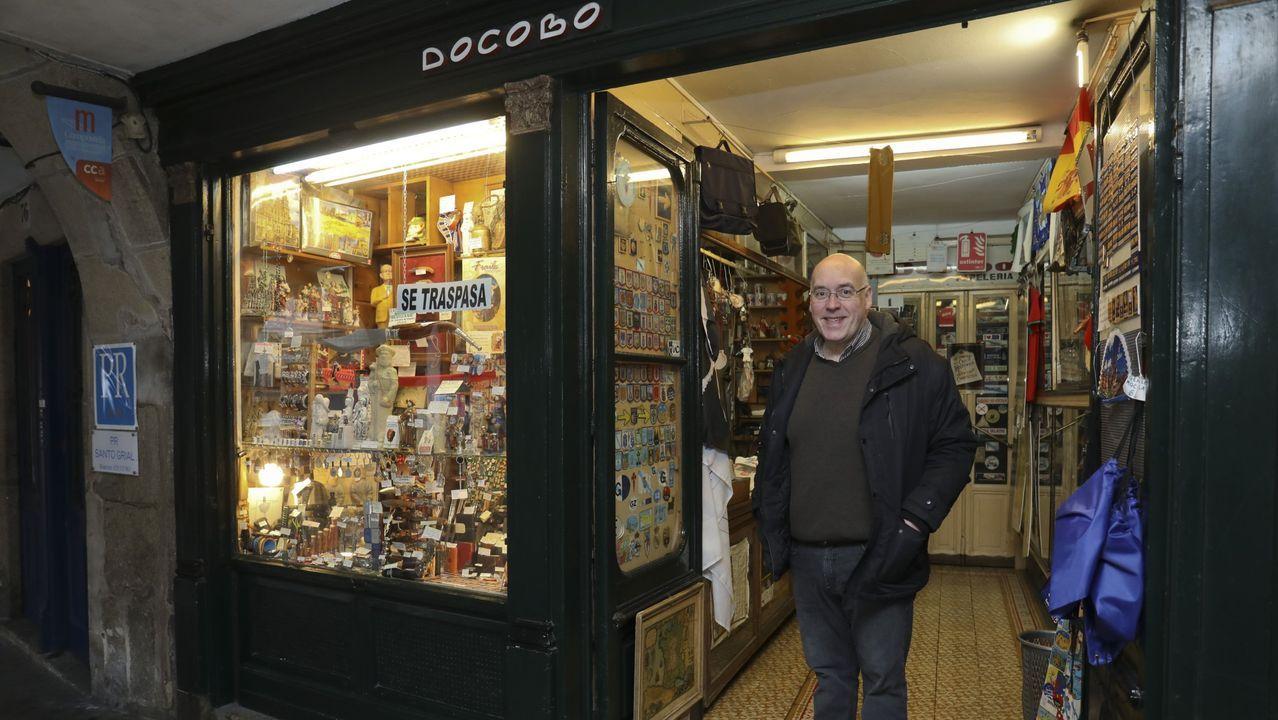 Ricardo Docobo hace gala de optimismo en su tienda de recuerdos: «Hay que mirar para adelante. Llorar no sirve de nada»