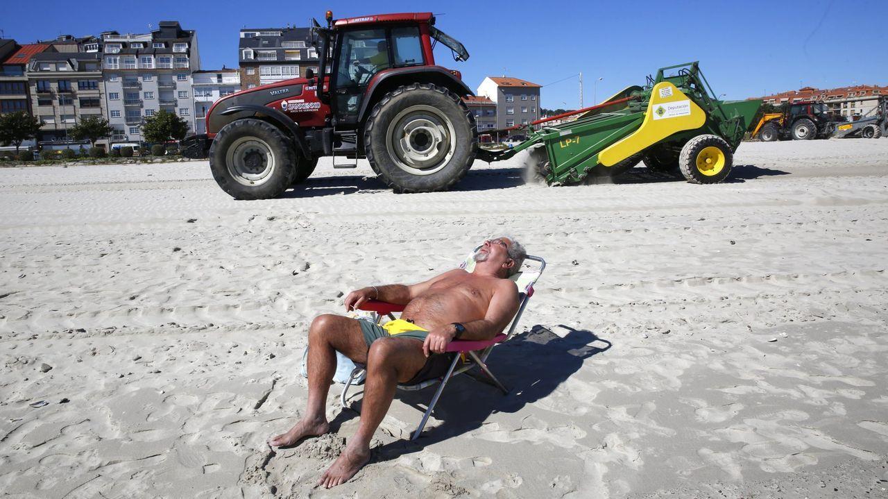 La EBAU de losvigilantes de la playa.Labores de limpieza en la playa de Baltar, en Sanxenxo