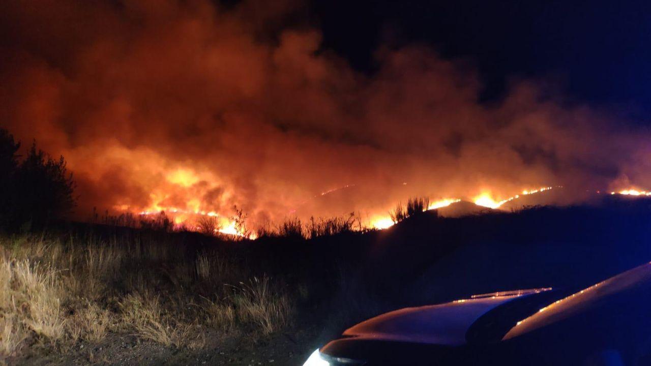 Los medios de extinción trabajan en Vilariño de Conso.La proximidad de las llamas a la A-52 ha obligado a cortar la circulación a la altura de A Gudiña