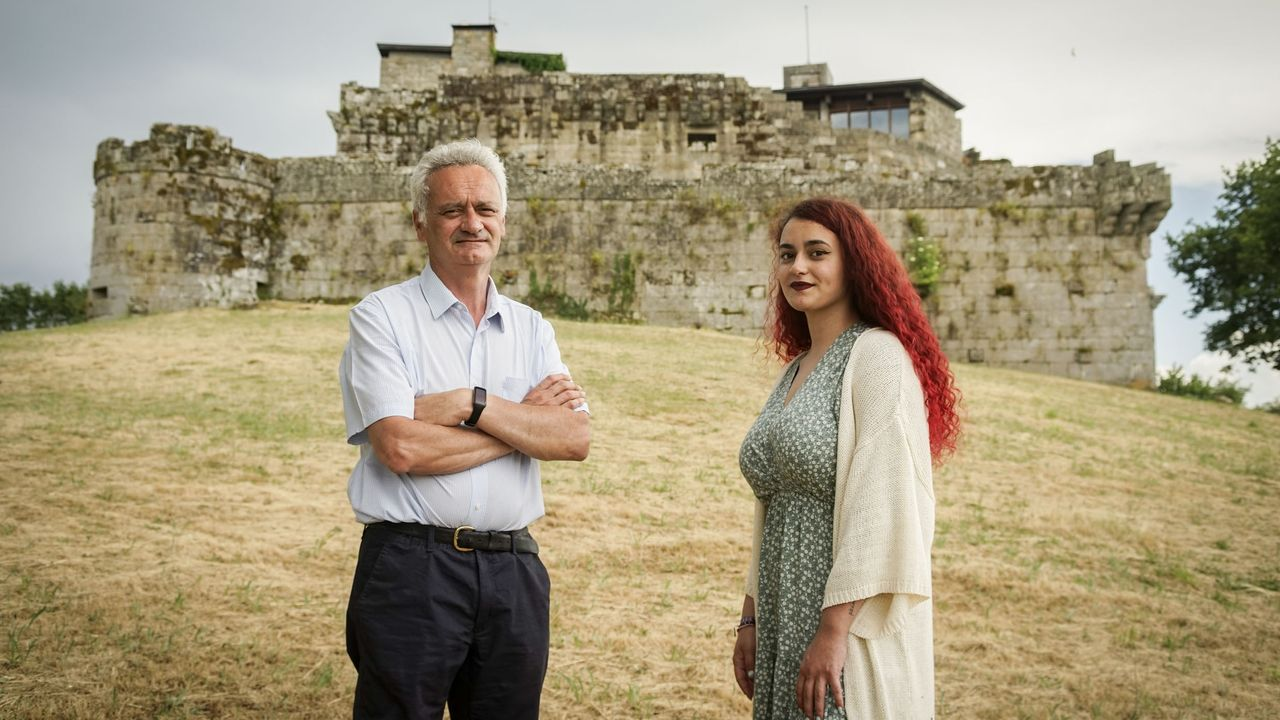 Xabier Oviedo y su hija Uxía, ante el castillo de Maceda