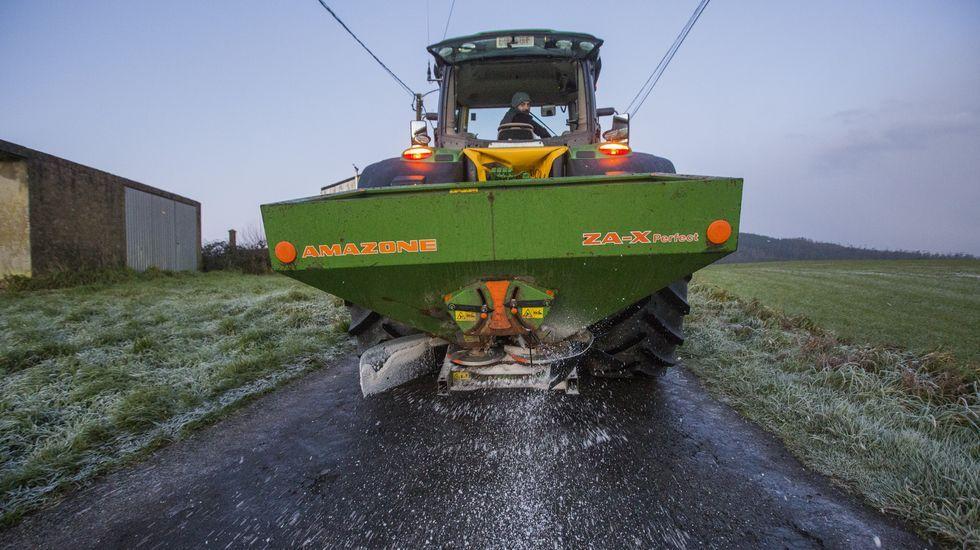 Un tractor esparce sal en Vimianzo
