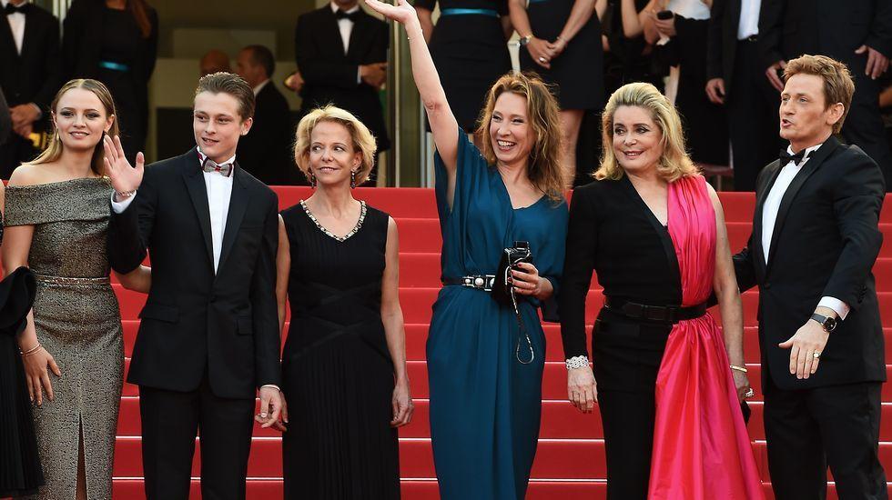 La directora y el elenco de «La tete haute» durante la alfombra roja