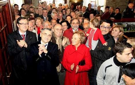 José Elías, muy agradecido, rodeado por parte de los asistentes a su homenaje.