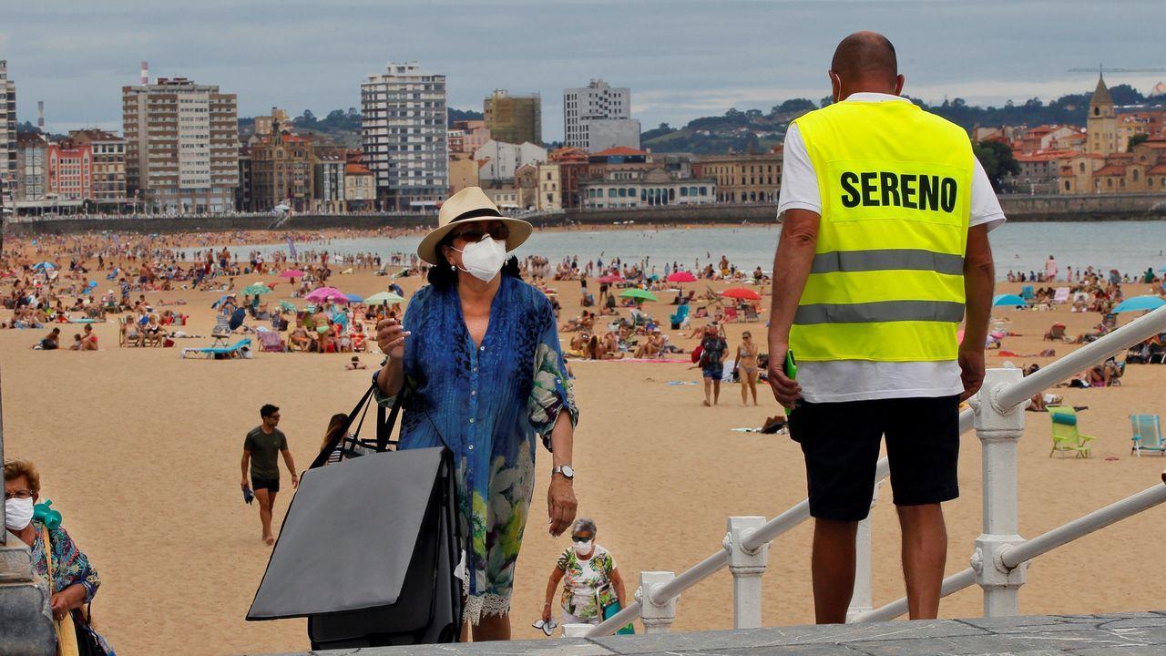 La EBAU, en pabellones y centros culturales. Imagen de la playa de San Lorenzo, en Gijón