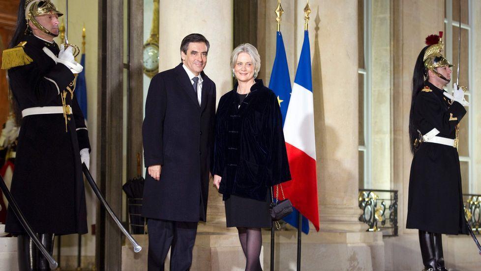 Arrojan un paquete de harina a François Fillon.Hamon, al votar en París