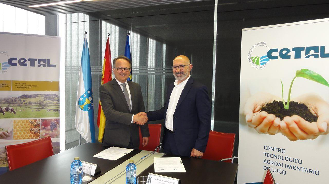El vicepresidente de la Organización Interprofesional Láctea, Xosé Manuel López Tellado, (derecha) con el director general de CETAL, Javier Bueno Lema.