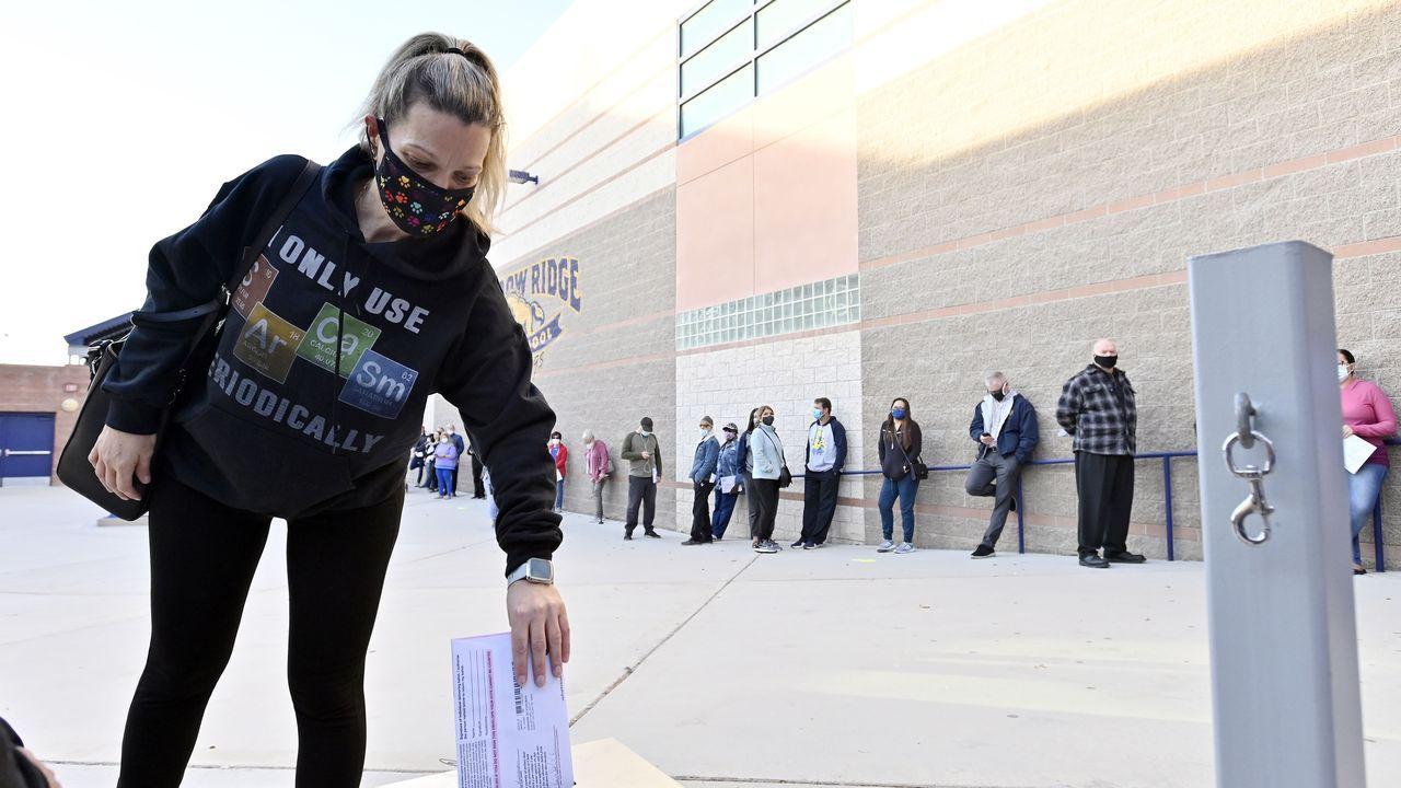 Una mujer deposita su voto en Las Vegas