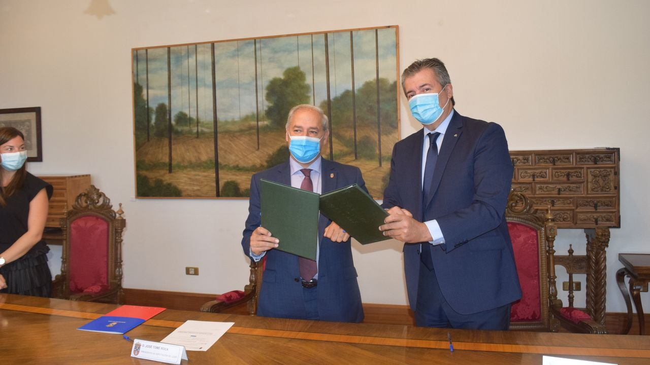 Firma do convenio entre José Tomé e o director de Banca Institucional de Abanca, Santiago Novoa