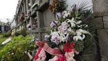 Feijoo anuncia las nuevas restricciones.Nicho del cementerio de Xuances donde está enterrada la vecina de Xove confundida con Rogelia Blanco