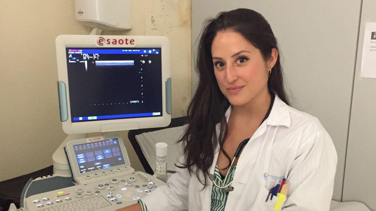 La doctora Silva, en su consulta en el hospital Santa Bárbara de Soria. Acompañada de un ecógrafo, herramienta clave para el diagnóstico de las enfermedades inmunes con las que se enfrenta a diario.