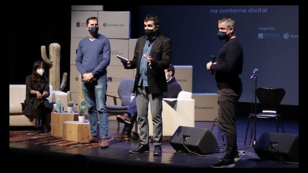 Román Rodríguez (a la izquierda), Jacobo Sutil, Guillermo Escrigas, Gonzalo Trenor y Roberto Coira, ayer en la puerta de la sala de proyecciones del CGAI, que lleva el nombre del pionero  del cine José Sellier.