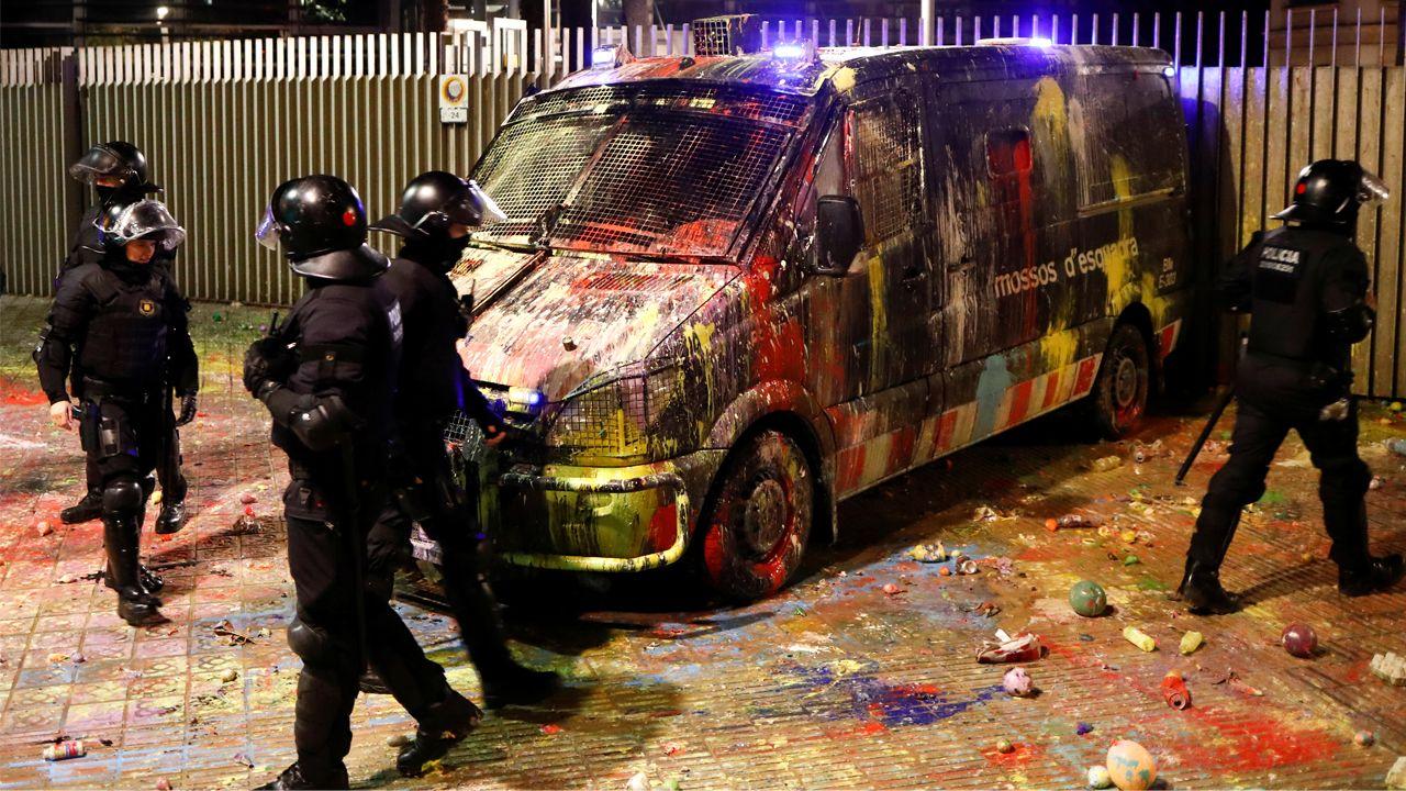 Varios mossos revisan la furgoneta llena de pintura que habían estacionado frente a la Consellería de Interior