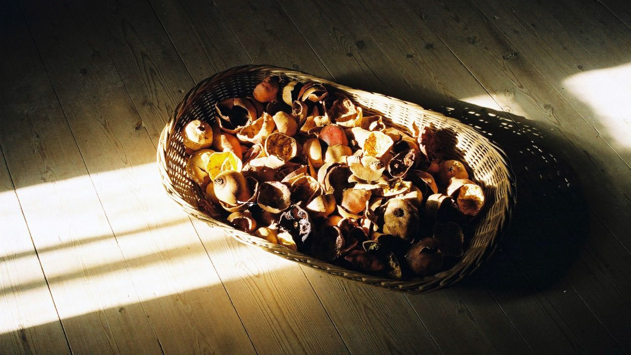 Para crear los tintes utilizan restos de alimentos como cáscaras de cebolla o de aguacate