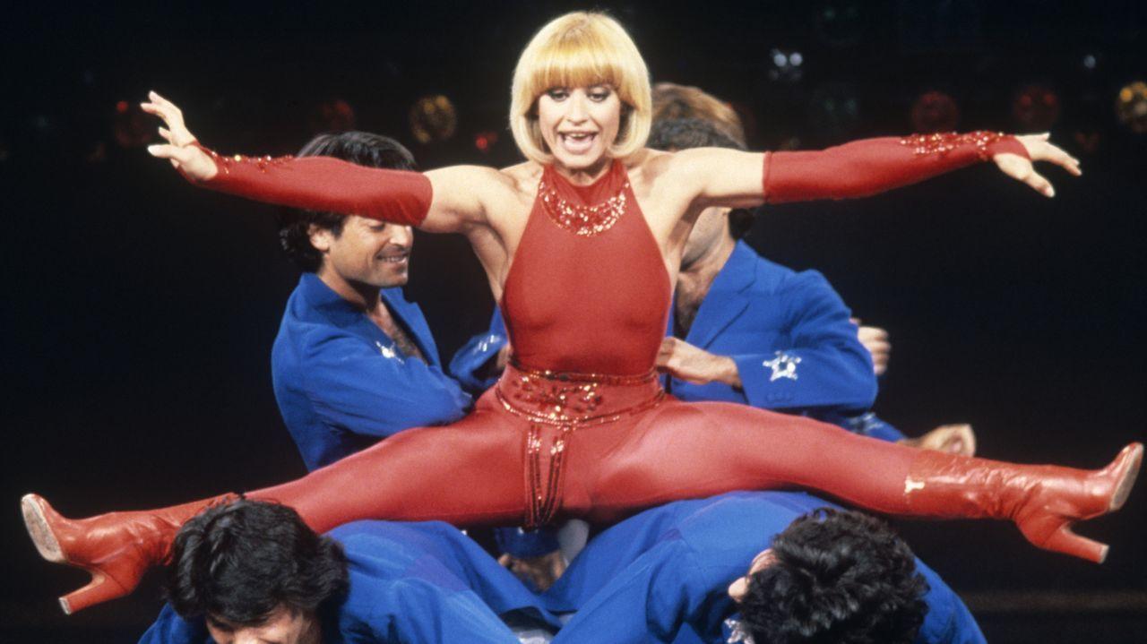 Raffaella Carrà, en plena actuación en su programa «¡Hola, Raffaella!», en octubre de 1992
