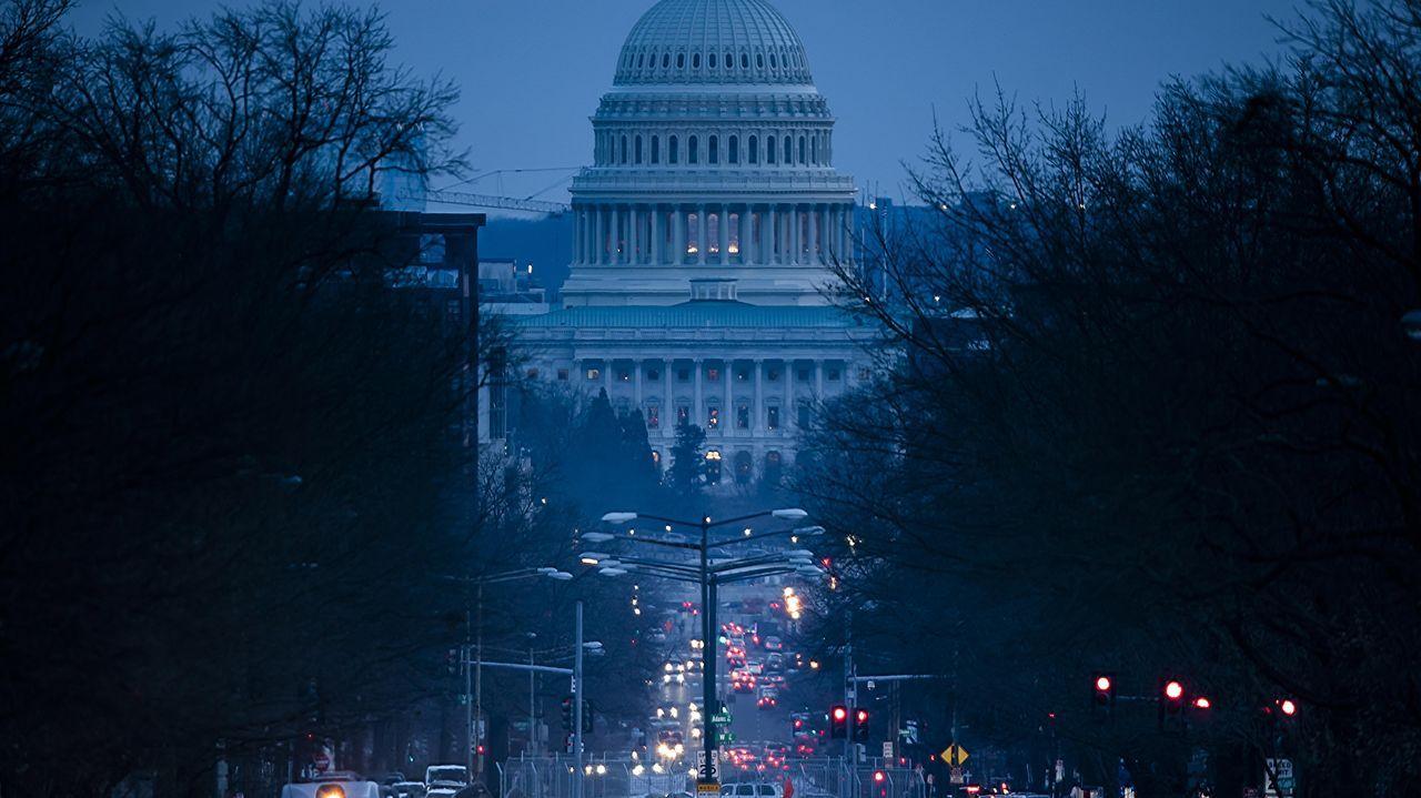 Una calle de Washington, con el Capitolio al fondo