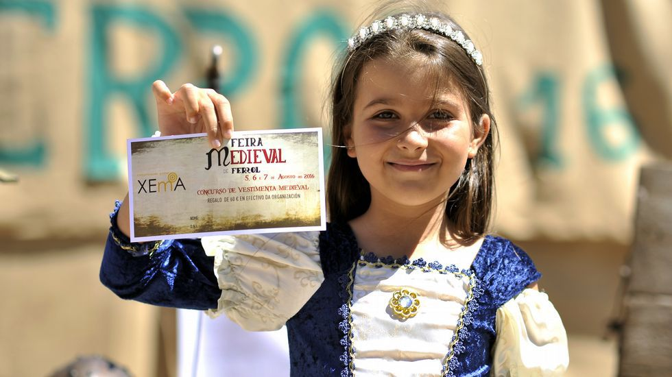 Inés, una de las ganadoras. En el Recuncho do Retrato, Inés, de 8 años, enseña contenta el premio que ha ganado en el sorteo que premia a los mejores vestidos de época. El domingo se repetirá de nuevo a las 13 horas.