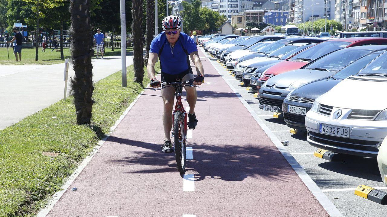 Intervención del alcalde de Sada sobre el Náutico.Imagen de archivo del carril bici del paseo marítimo de Sada