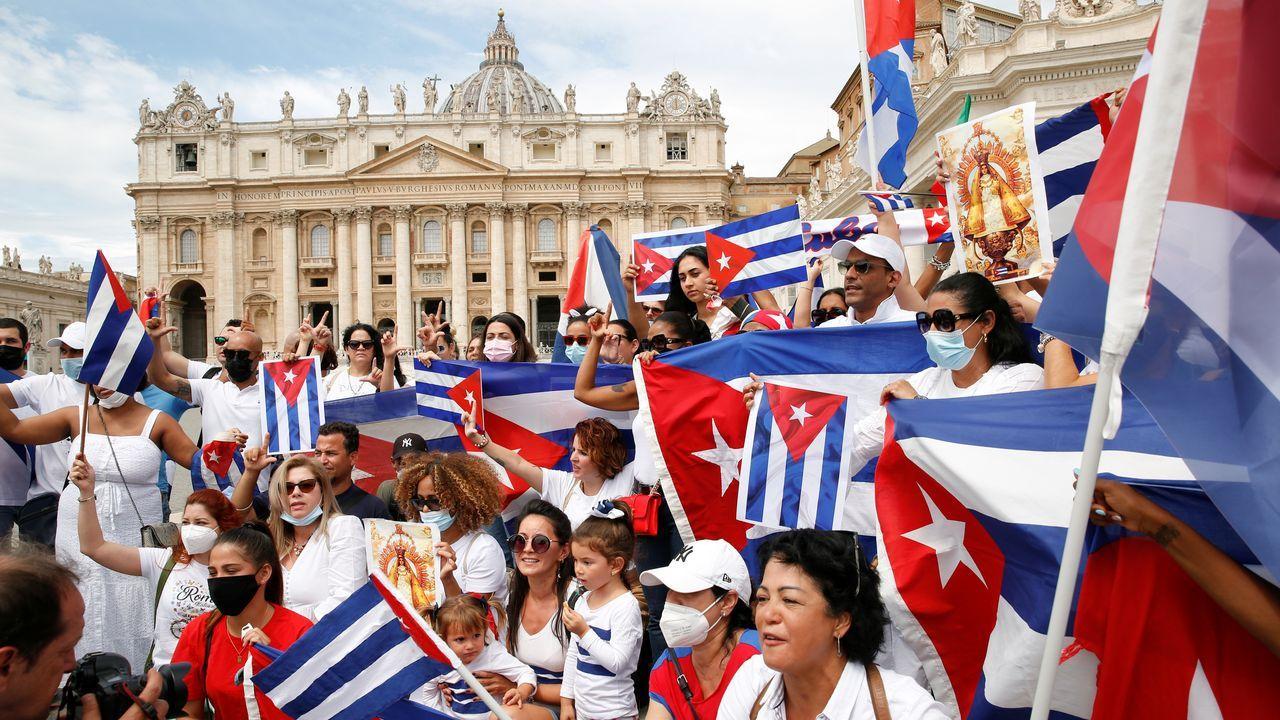 Grupos de ciudadanos cubanos se concentraron en la Plaza de San Pedro en el Vaticano, antes de la oración del Ángelus dirigida por el Papa Francisco, para pedir libertad para el pueblo cubano.