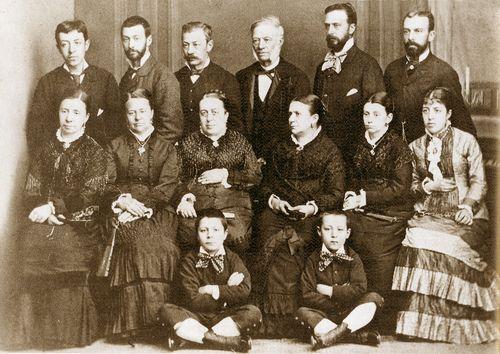 El doctor y científico monfortino Antonio Casares, tercero por la derecha en la fila superior, en una foto de familia