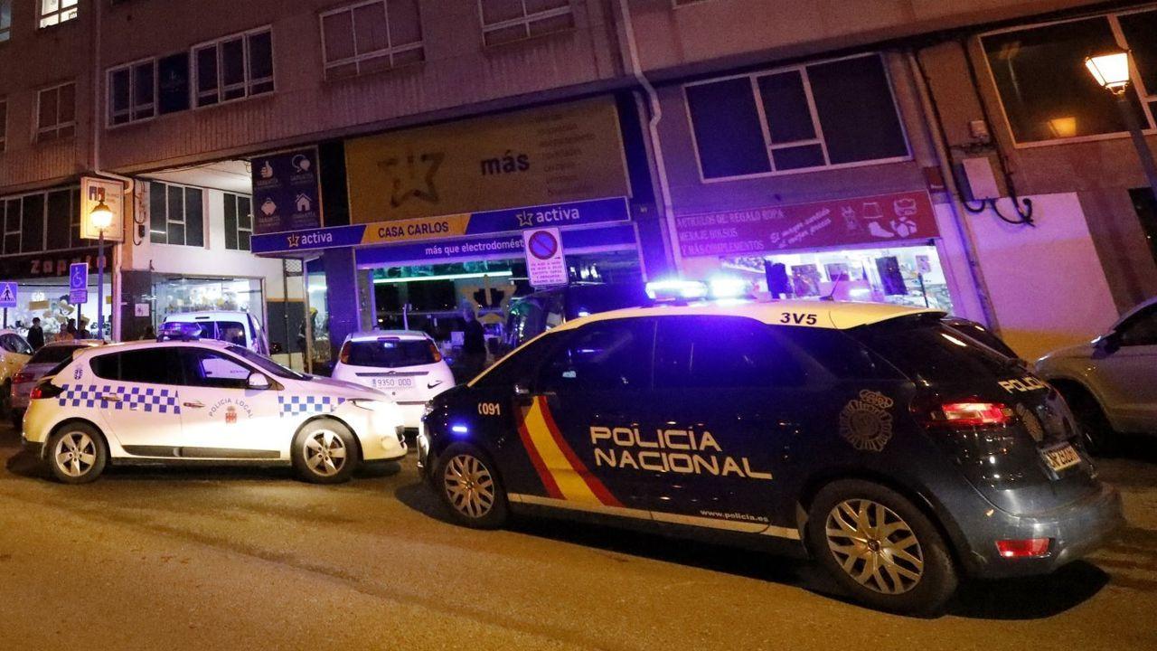 La Policía Local se vio superada para disuadir a centenares de personas bebiendo en la calle.Foto de archivo de coches patrulla de la policía local y la nacional en Viveiro