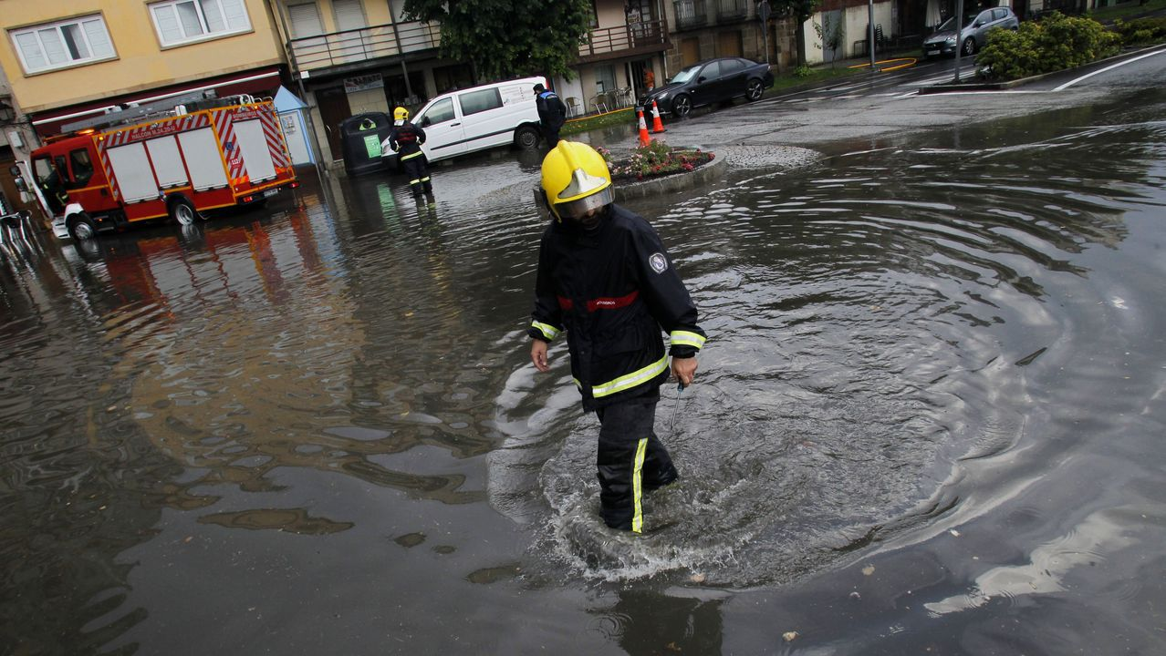 Los bomberos intervinieron en la Compañía para bombear agua de locales inundados y para destapar los sumideros