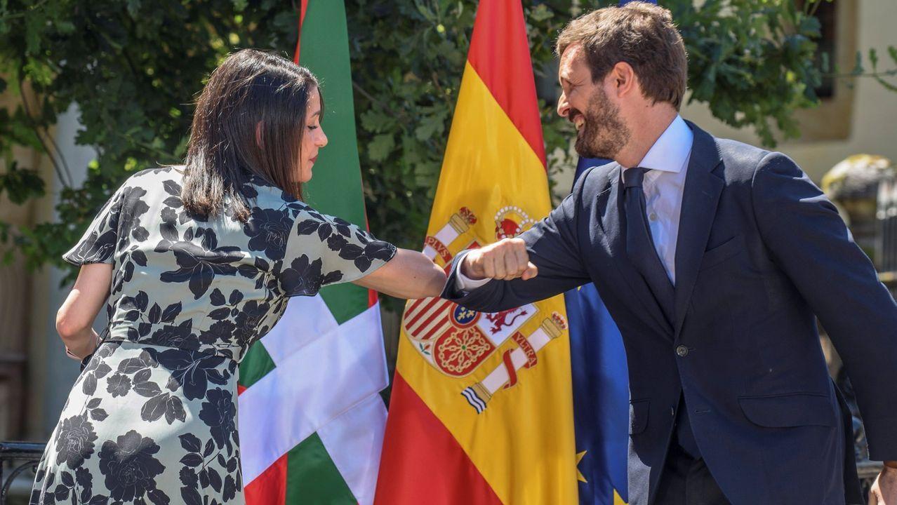 Casado retira nieve de las puertas de varios centros de salud de Madrid.Pablo Casado e Inés Arrimadas se saludan en un acto durante la campaña de las elecciones autonómicas en el País Vasco