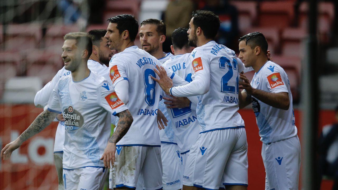 Las imágenes del Sporting de Gijón - Deportivo.Egea charla con José Luis Baroja durante el Oviedo-Lugo