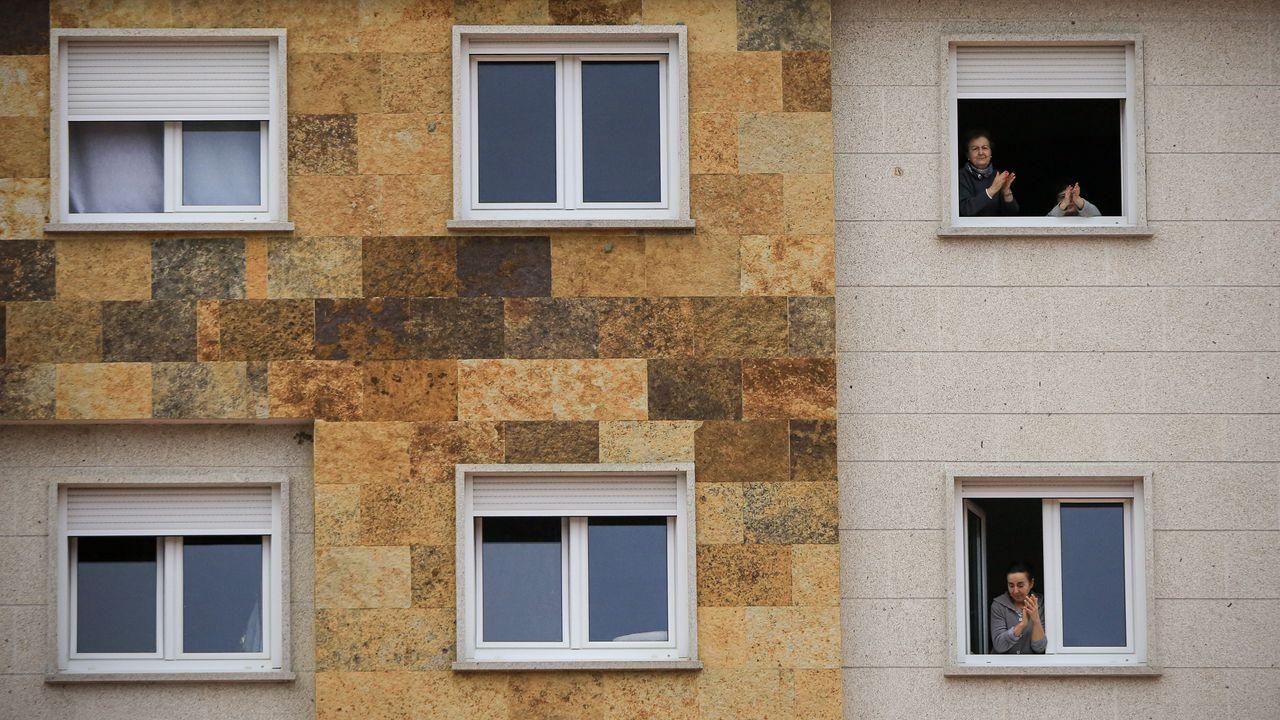 Aplausos en las ventanas de un edificio