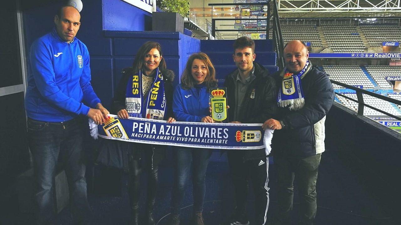 Jimmy, con miembros de la Peña Azul Olivares en el palco del Carlos Tartiere