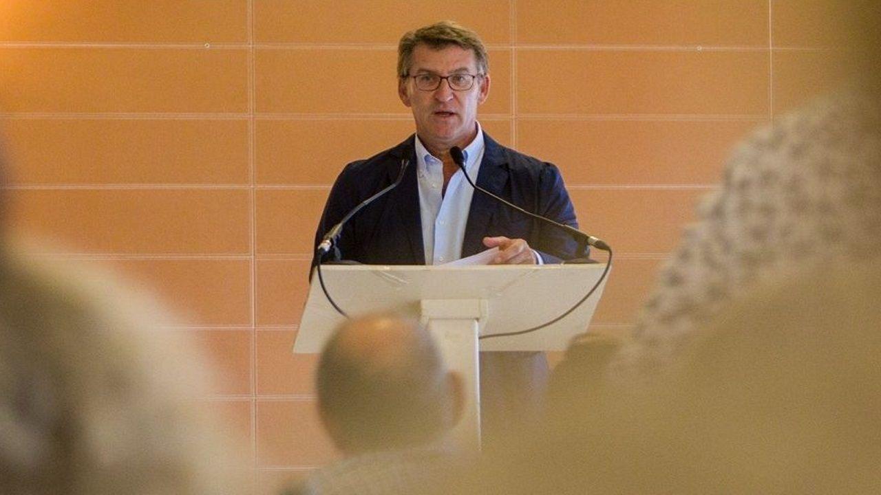 La gira de los ministros tras la investidura fallida.Feijoo, ayer, en un acto organizado por la Asociación de Médicos Galegos en Baiona.