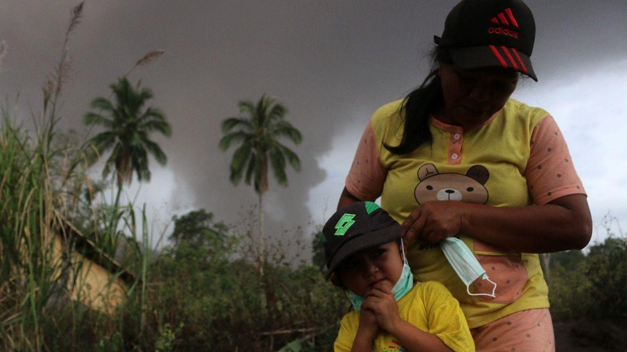 Erupción del volcán Sotupan enla isla de Célebes, en Indonesia.El volcán lanzó una columna de humo y cenizas de 4.000 metros