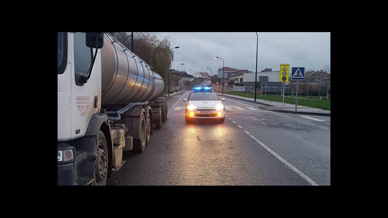 La Policía Local se vio superada para disuadir a centenares de personas bebiendo en la calle.Un control de la Policía Local de Lugo