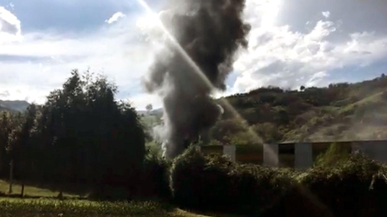 Incendio en la fábrica de Rioglass.Pelayo celebra un gol con el Real Oviedo en el Carlos Tartiere