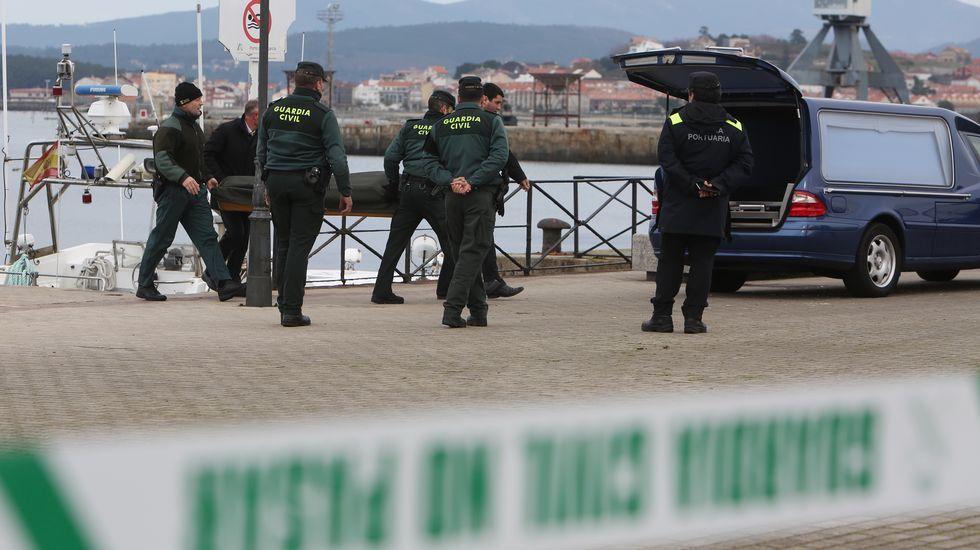 La Guardia Civil rescata el cadáver de un mariscador furtivo en el puerto de Vilagarcía