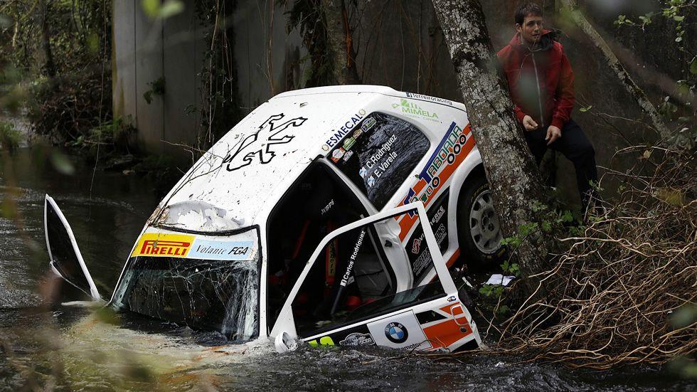 Afluencia de espectadores a los ralis gallegos.Un coche terminó en el río, durante la prueba de hoy en el Rali do Cocido de Lalín