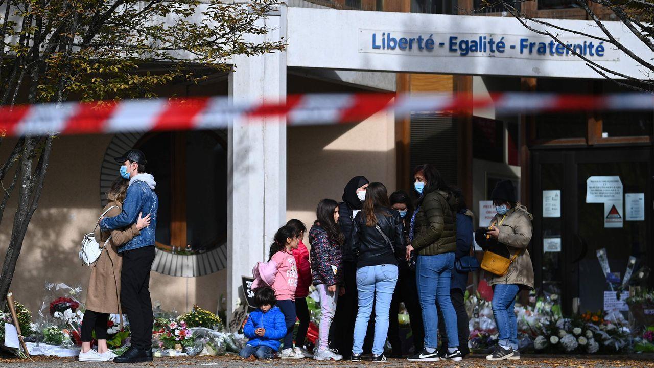 Flores en la escuela secundaria Bois d'Aulne para recordar al profesor de Historia Samuel Paty