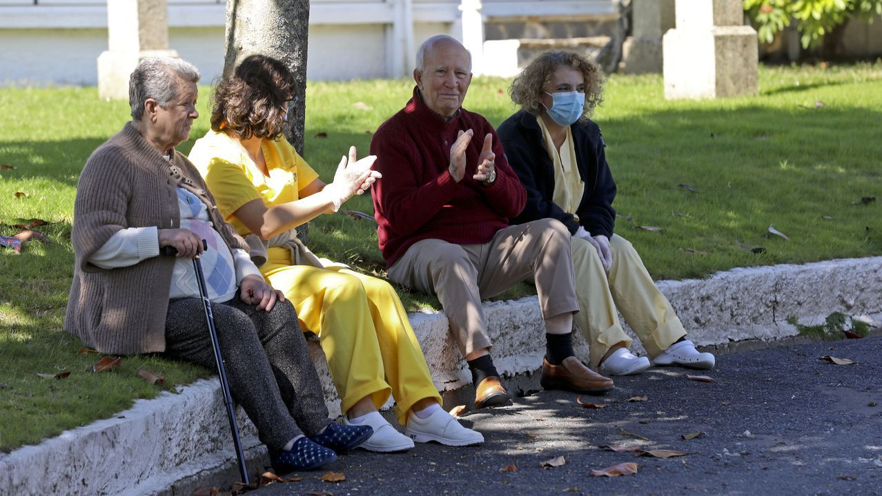 Minuto de silencio en el Hospital Clínico Universitario de Santiago por los muertos del coronavirus