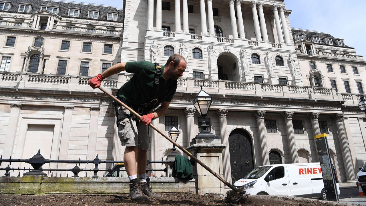 Un jardinero trabaja ante la sede del Banco de Londres, en la City