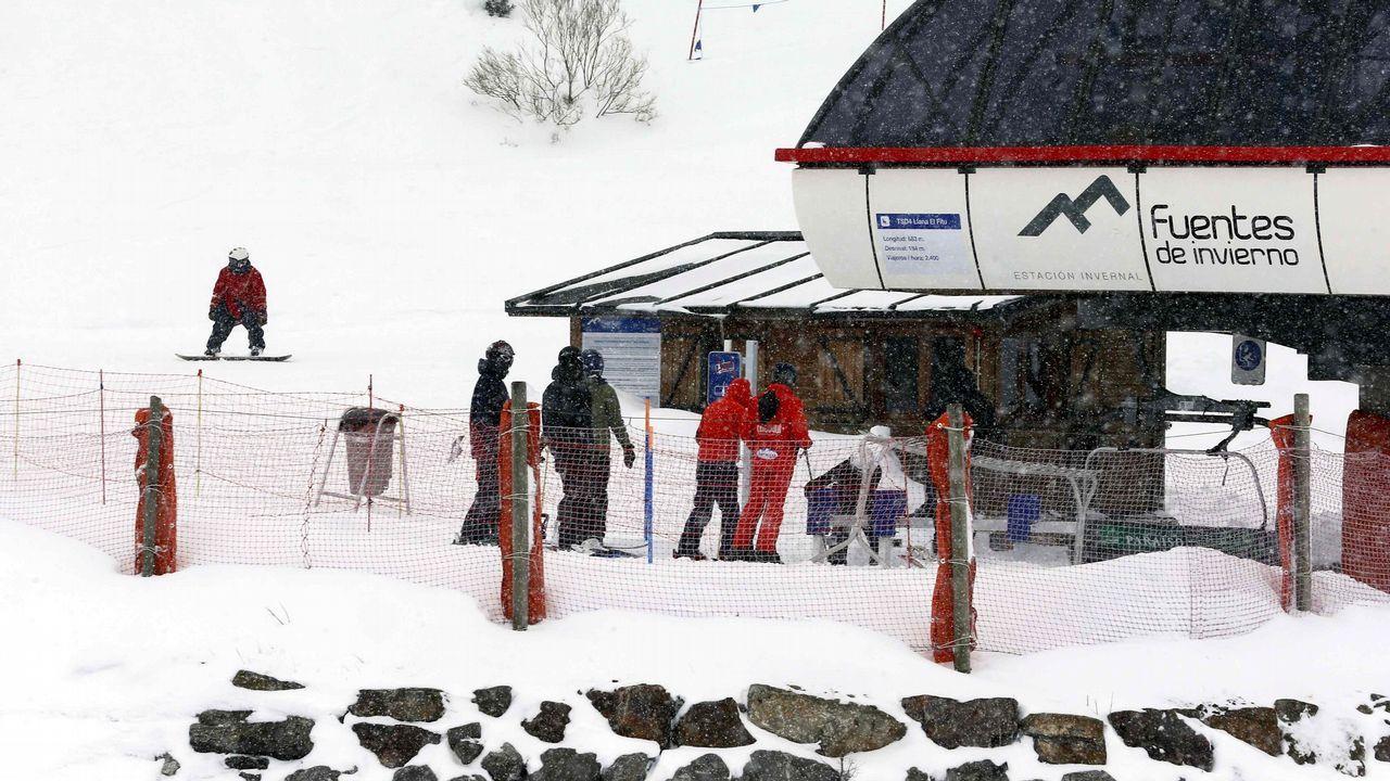 Esquiadores en la estación de Fuentes de Invierno